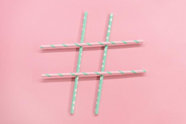 Telaio con tubi di carta colorata coctail sullo sfondo rosa. ecologico. rifiuti zero