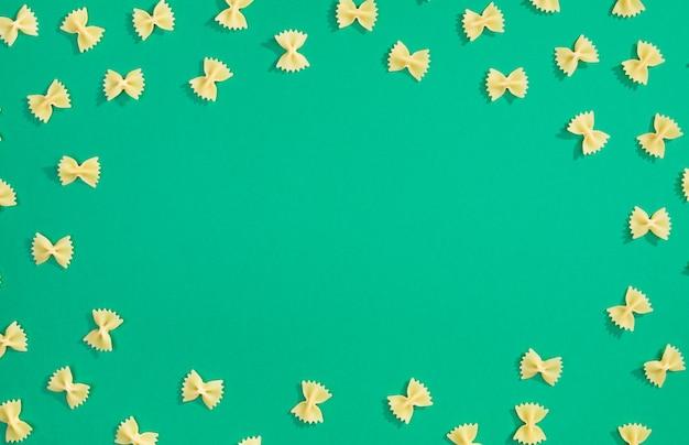 Telaio da pasta di grano su sfondo verde