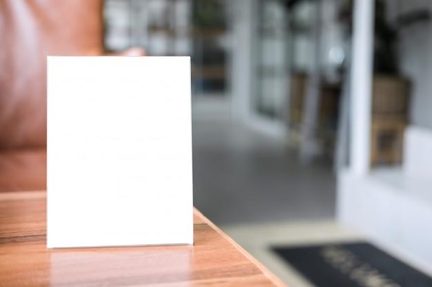 Telaio del menu vuoto sul tavolo nella caffetteria stand per il testo del display