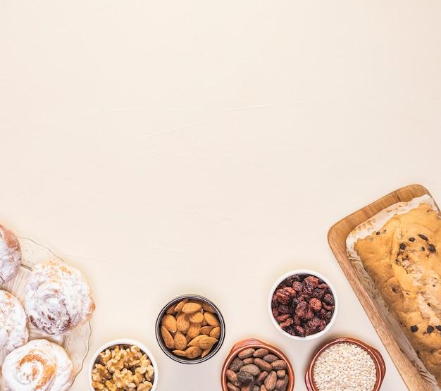 Telaio di cibo piatto laico con semi e pasticcini