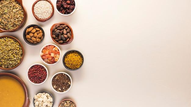 Telaio di cibo piatto laico con semi e zuppa