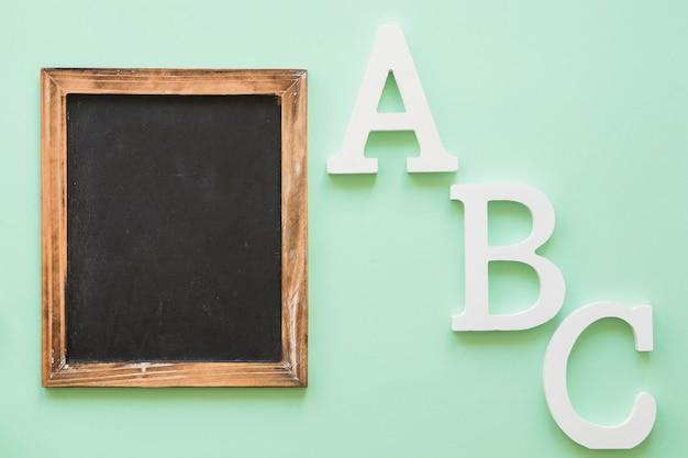 Telaio di lavagna con lettere dell'alfabeto