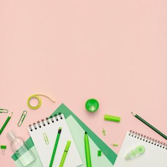 Telaio di materiale scolastico con copia-spazio