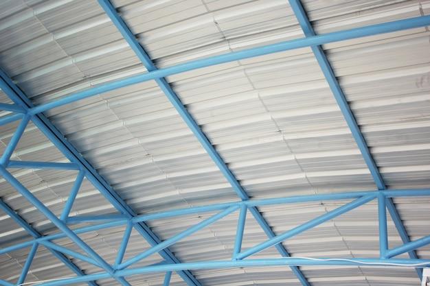 Telaio in acciaio sotto il tetto