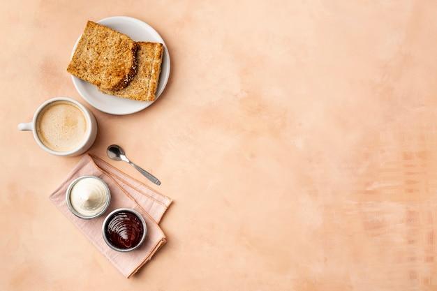 Telaio piatto laico con gustoso cibo e sfondo arancione