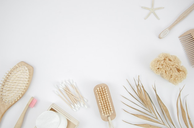 Telaio piatto laico con spazzole su sfondo bianco