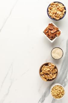 Telaio realizzato con diversi tipi di noci in ciotole. vista dall'alto. copia spazio