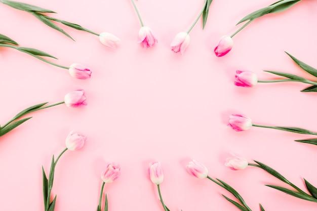 Telaio realizzato da tulipani sul tavolo