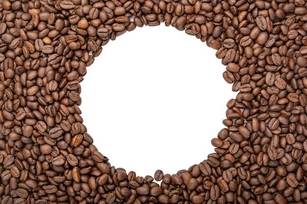 Telaio rotondo di chicchi di caffè - copia spazio per il testo. sfondo di chicchi di caffè tostato