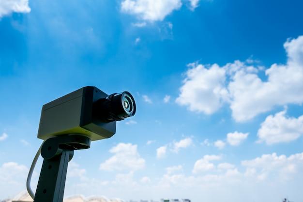 Telecamera cctv all'aperto con cielo e nuvole