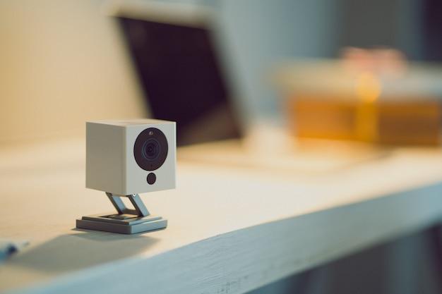Telecamera di sicurezza sul tavolo di legno. telecamera ip.