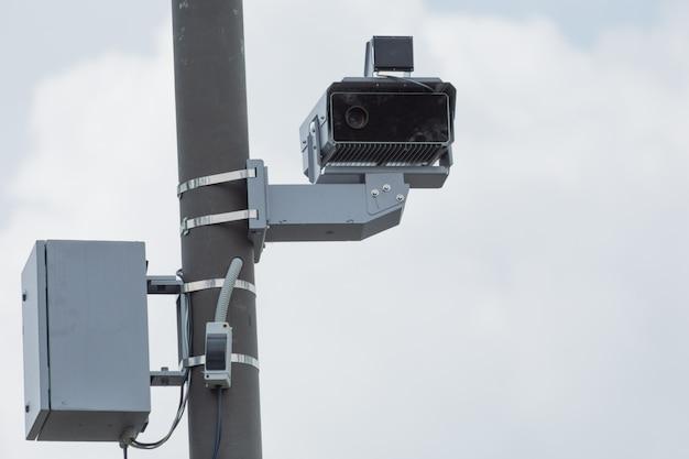 Telecamera per violazione del traffico con radar per il controllo della velocità del traffico.