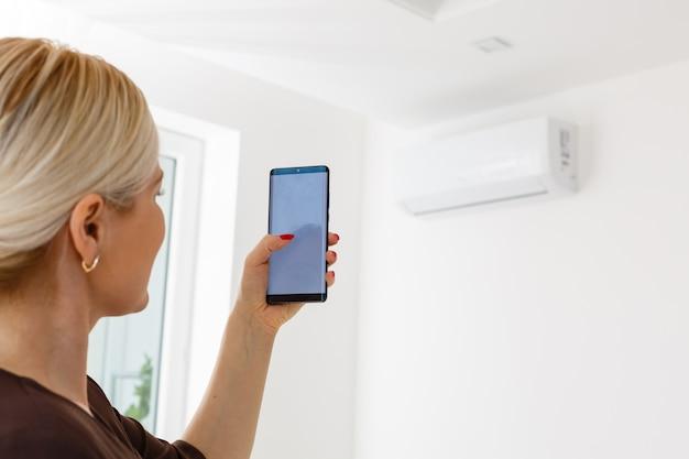 Telecomando del condizionatore d'aria con sistema di casa intelligente su dispositivo digitale.