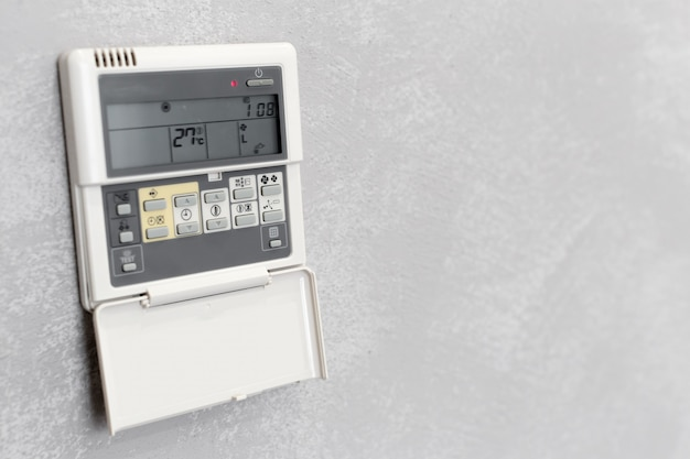 Telecomando del condizionatore d'aria in una camera d'albergo