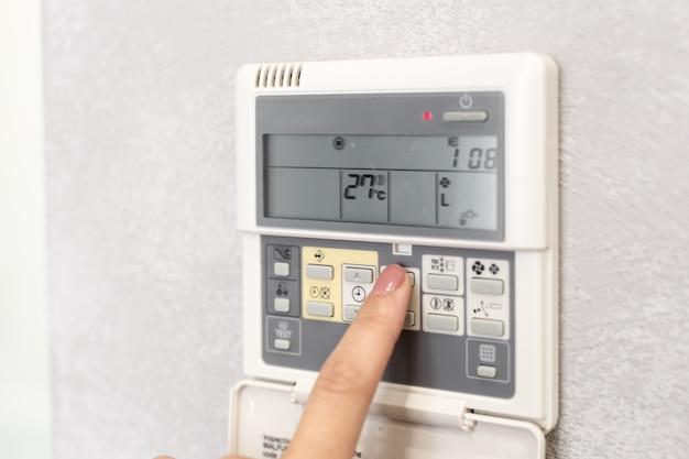 Telecomando del condizionatore d'aria in una stanza d'albergo