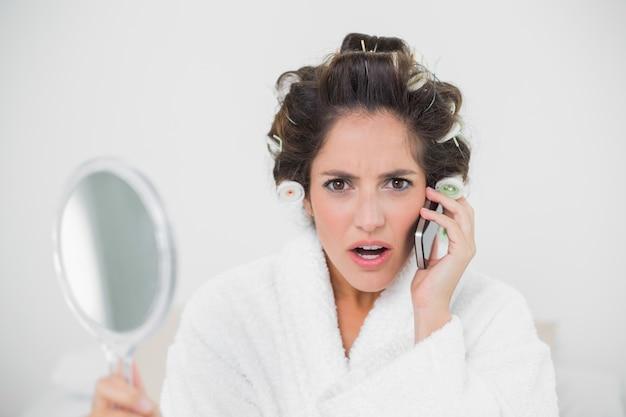 Telefonata brunetta naturale scioccata