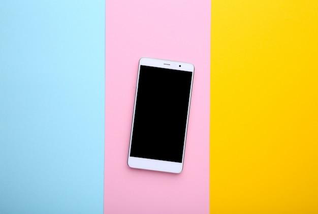 Telefono cellulare con schermo bianco su sfondo colorato.