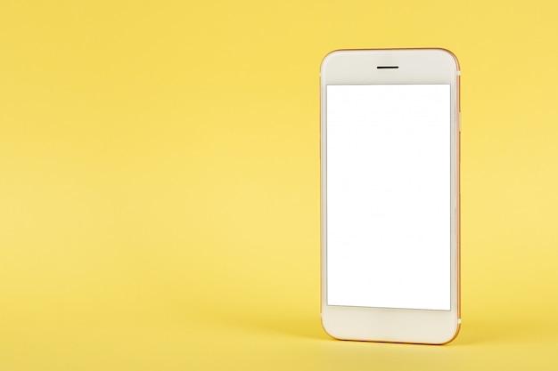 Telefono cellulare deridono con lo spazio della copia su fondo giallo