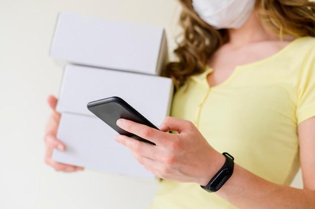 Telefono cellulare di lettura rapida della donna del primo piano