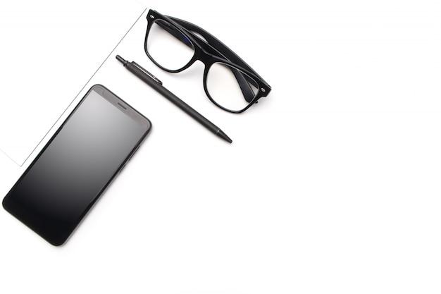 Telefono cellulare e penna di vetro sul tavolo bianco