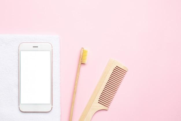 Telefono cellulare e spazzolino da denti in legno eco, pettine, spazzola per massaggio a secco su rosa