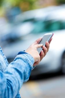 Telefono cellulare in mano di una donna. immagine esterna.