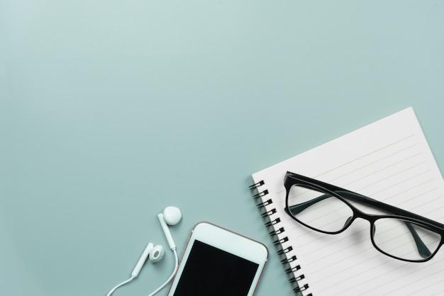 Telefono cellulare, notebook, occhiali e auricolari