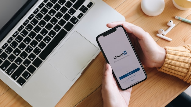 Telefono con domanda di lavoro sullo schermo. linkedin è un servizio di social network orientato al business.