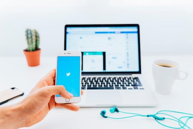 Telefono con twitter e laptop con facebook