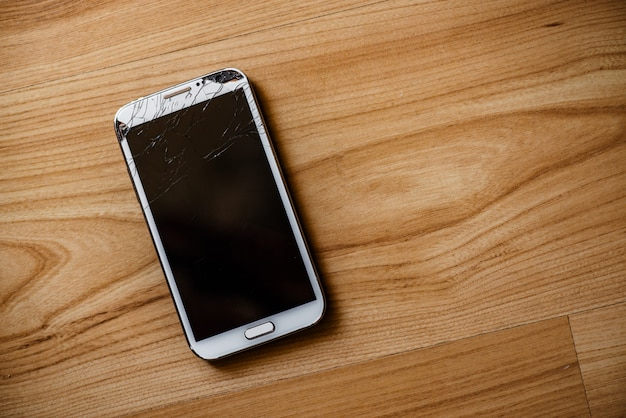 Telefono con uno schermo rotto