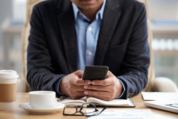 Telefono controllo uomo d'affari