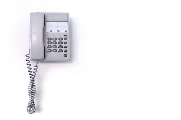 Telefono dell'ufficio su una priorità bassa bianca. lascia spazio.