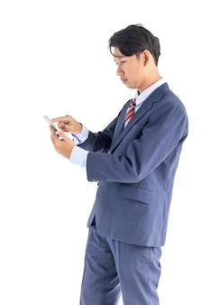 Telefono della holding del ritratto degli uomini di affari isolato