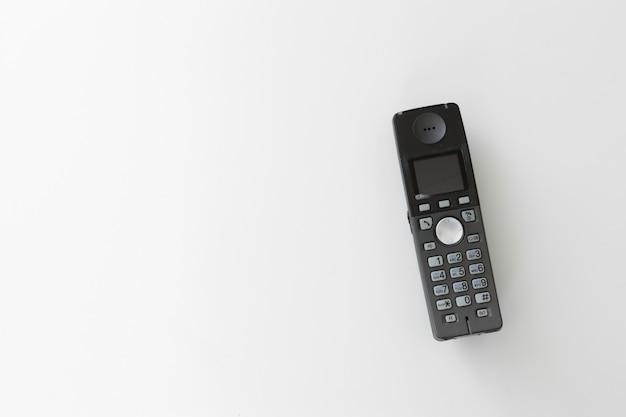 Telefono isolato su bianco