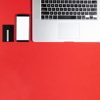 Telefono mock up accanto alla tastiera con spazio di copia