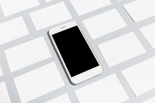 Telefono moderno e biglietti da visita in bianco