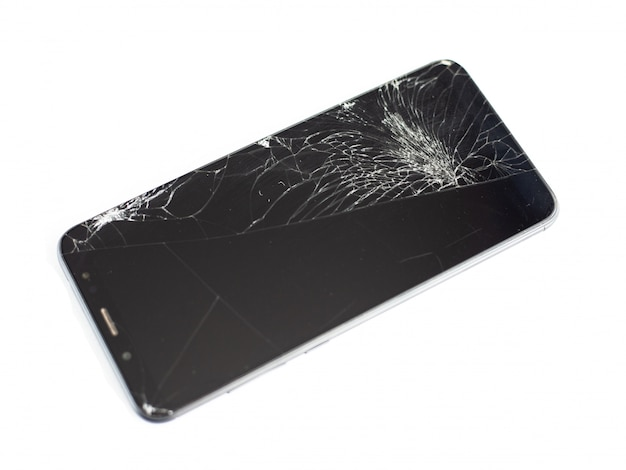 Telefono nero con un sensore rotto e schermo, vetro touchscreen incrinato su uno sfondo bianco