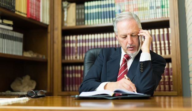 Telefono parlante dell'uomo d'affari in ufficio