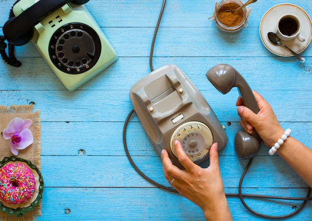 Telefono vintage, caffè, biscotti, telefonata, donna triste
