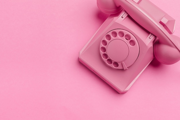 Telefono vintage sul rosa
