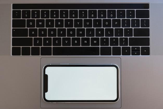Telefono vista dall'alto sul touchpad del laptop