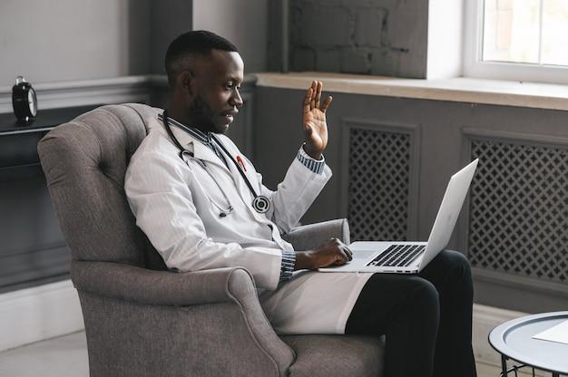 Telehealth con appuntamento dal dottore virtuale e sessione di terapia online. conferenza online medico nero.