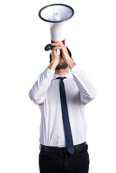 Telemarketer bello uomo gridando dal megafono