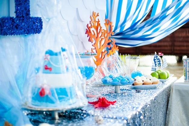 Tema del tempo di mare sul candy bar della festa.