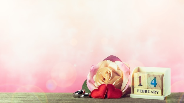 Tema di giorno di san valentino con calendario di blocco di legno e cuori rossi. - 14 febbraio.