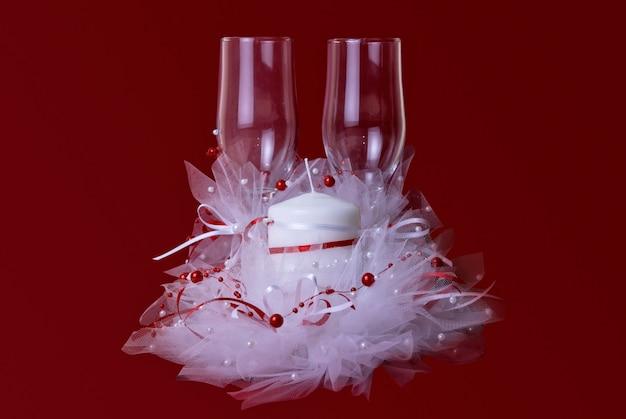 Tema di nozze della candela e dei vetri su rosso