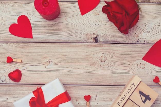 Tema di san valentino con calendario a blocchi di legno