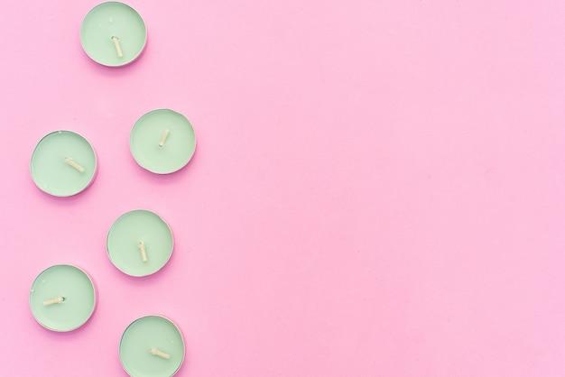 Tema spa con candele e fiori su sfondo rosa