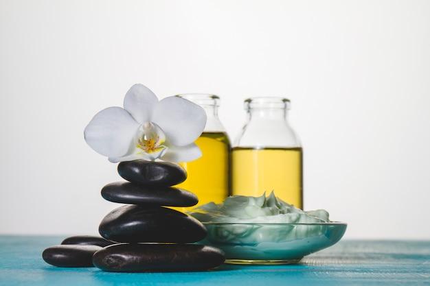 Tema spa con pietre vulcaniche, orchidee e olio
