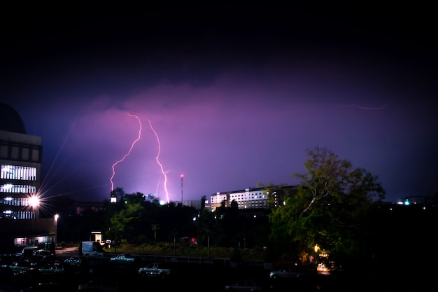 Tempesta di fulmini in una città